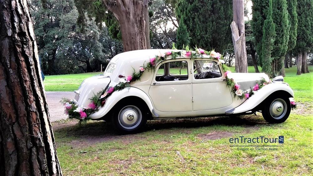 Décorer sa voiture de mariage avec des guirlandes de fleurs